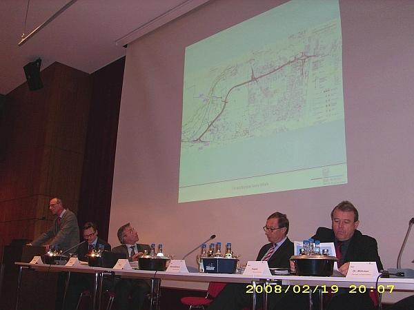 Der Leiter des Straßenbauamtes, Hartmuth Sugg erläutert die Planung